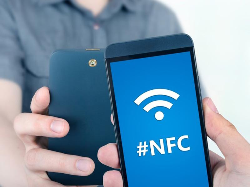смартфон с nfc для синхронизации с браслетом