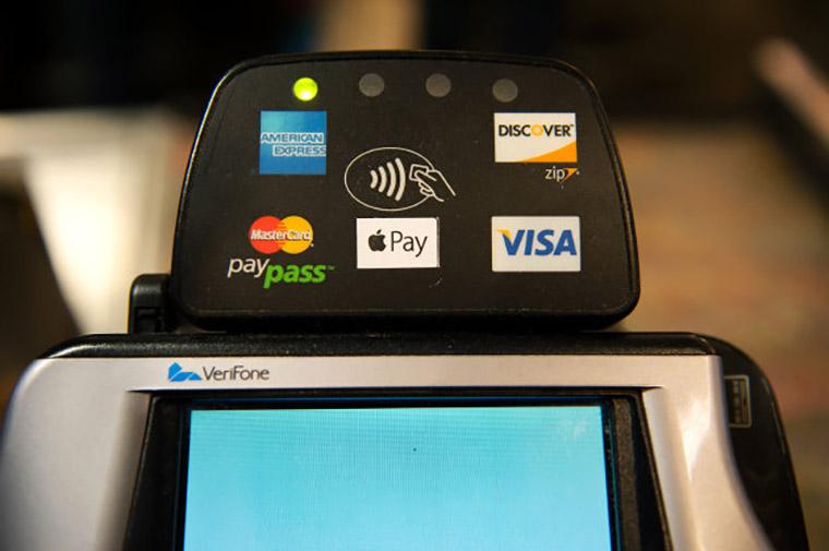 значки бесконтактной оплаты на терминале